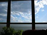 居間の壁一面の窓と空。