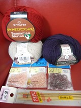 赤白紫の毛糸とビーズ