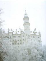 雪に煙るノイシュバイシュタイン城。ドイツにて。