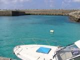 海・ダイビングの船と入り江
