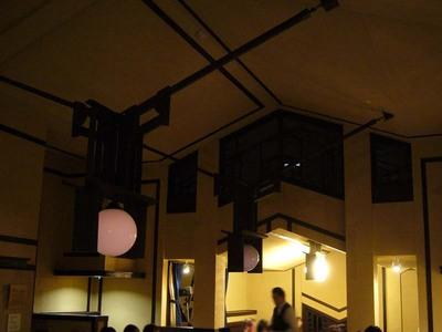 FLW:ホールの天井・暗